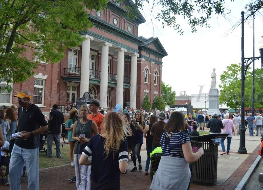 City considers establishing 'entertainment district'